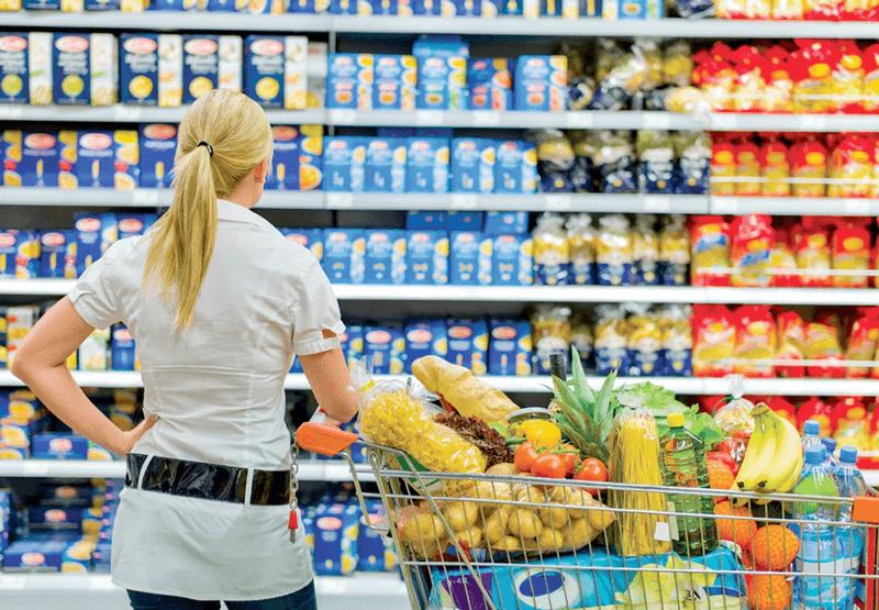 Dùng xe đẩy siêu thị mua hàng