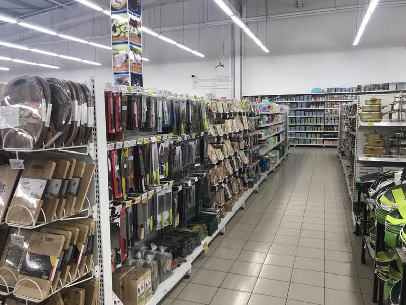 Sử dụng móc treo trưng bày dao trong siêu thị